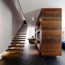 Pasillos y recibidores de estilo  por Casa Viva Obras