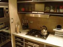 Remodelación Departamento en Cabo Corrientes: Cocinas de estilo moderno por ArqmdP - Arquitectura + Diseño