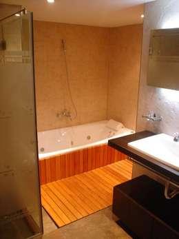 Remodelación Departamento en Cabo Corrientes: Baños de estilo moderno por ArqmdP - Arquitectura + Diseño