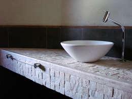 Baños de estilo moderno por bp arquitetura