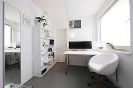 Häusliches Arbeitszimmer in Weiß: minimalistische Arbeitszimmer von nadine buslaeva interior design