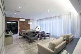 Projeto: Salas de estar modernas por Elementhos Interiores + Arquitetura