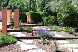 Une allée originale: Jardin de style de style Méditerranéen par JARDIN GECKO