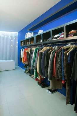 RESEDAGREEN: Vestidores de estilo moderno de Sucursal urbana universo Sostenible
