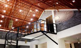 Staircase:  Corridor & hallway by BETWEENLINES