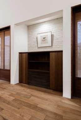 床下エアコンを家具の一部としてデザインする。: オーガニックスタジオ兵庫株式会社が手掛けたリビングルームです。