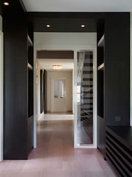 Villa Hilversum:  Gang en hal door Designa Interieur & Architectuur BNA