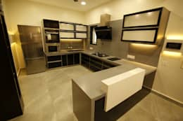 Residential interiors for Mr.Siraj at Chennai: minimalistic Kitchen by Offcentered Architects