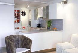 Cuisine avec bar pour une résidence secondaire: Cuisine de style de style Moderne par Emilie Lagrange
