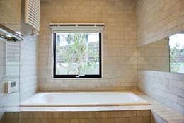 開放感が感じられる上質なバスルームも実は床暖房仕様: 株式会社 ヨゴホームズが手掛けた浴室です。