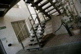 EDIFICIO MODIGLIANI: Pasillos y recibidores de estilo  por sm arquitectura