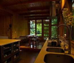 Artefactos: Cocinas de estilo rústico por PhilippeGameArquitectos