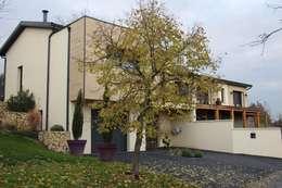 Maison contemporaine atypique en bois et acier: Maisons de style de style Moderne par Concept Creation