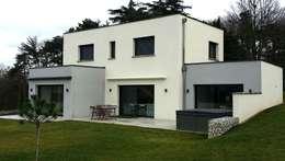 Construction d'une maison contemporaine avec toiture terrasse: Maisons de style de style Moderne par Concept Creation