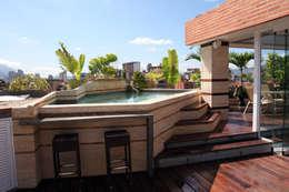 Pent House 505: Piscinas de estilo moderno por Arq Renny Molina