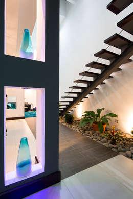 Pasillos y vestíbulos de estilo  por J-M arquitectura