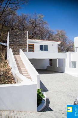la cochera: Casas de estilo minimalista por Excelencia en Diseño