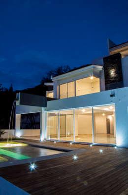 alberca vista nocturna: Albercas de estilo minimalista por Excelencia en Diseño