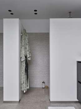 Monument aan de waterkant - vergunningsvrije uitbreiding: moderne Badkamer door ENZO architectuur & interieur