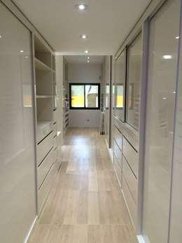 RESIDÊNCIA BENFICA: Closets modernos por Arquitetos Brasil