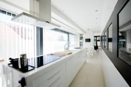 Vivienda unifamiliar minimalista: Cocinas de estilo minimalista de RENHOGAR