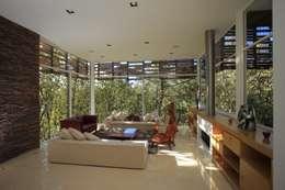 Sala: Salas de estilo minimalista por Echauri Morales Arquitectos