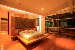 Recamára principal: Recámaras de estilo minimalista por Echauri Morales Arquitectos