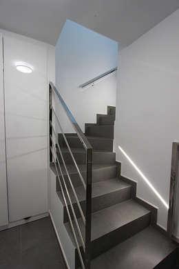 Pasillos y recibidores de estilo  por Novodeco