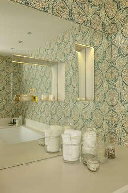 Baños de estilo moderno por Cue & Co of London