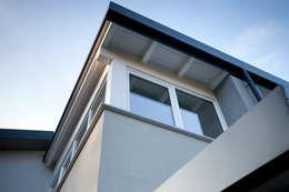 Projekty, minimalistyczne Domy zaprojektowane przez CasaAttiva