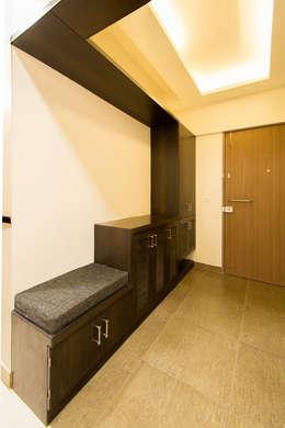 Entrance Lobby:  Corridor, hallway & stairs  by Navmiti Designs
