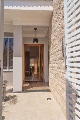 Casas de estilo clásico por ADRIANA MELLO ARQUITETURA