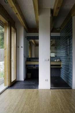 Baños de estilo moderno por NOEM