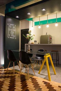 Sala de Jantar: Salas de jantar industriais por Maxma Studio