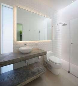 Baños de estilo moderno por Martin Dulanto