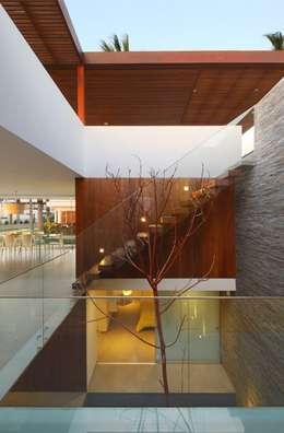 Pasillos y recibidores de estilo  por Martin Dulanto