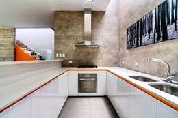 Casa Seta: Cocinas de estilo moderno por Martin Dulanto