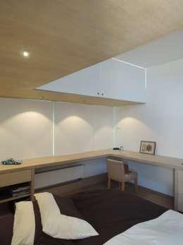 Maison moderniste à Bruxelles: Chambre de style de style Minimaliste par ARTERRA