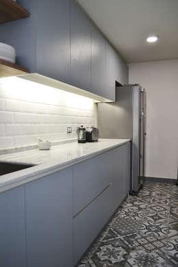 DEPTO. 34 : Cocinas de estilo minimalista por ESTUDIO BASE ARQUITECTOS