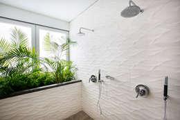 Baño principal: Baños de estilo moderno por Carughi Studio