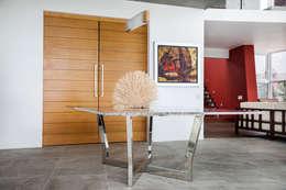 Mesa comedor principal: Comedores de estilo moderno por Carughi Studio