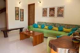 Design Kkarma (India): eklektik tarz tarz Oturma Odası
