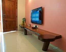 Salas de estilo ecléctico por Design Kkarma (India)