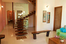 Bungalow in Bhuj:  Corridor & hallway by Design Kkarma (India)