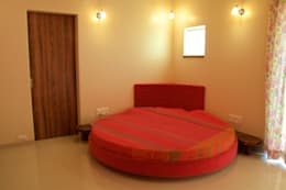 Bungalow in Bhuj: eclectic Bedroom by Design Kkarma (India)