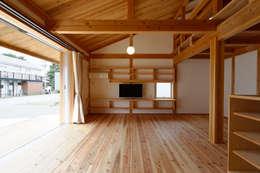 Ruang Keluarga by 高野三上アーキテクツ一級建築設計事務所  TM Architects