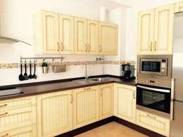 Cocina rústica de madera: Cocina de estilo  de Cocinas y Muebles Angulo
