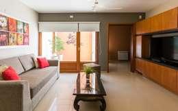 CASA OXIDADA: Salas multimedia de estilo moderno por KARLEN + CLEMENTE ARQUITECTOS