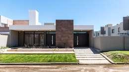 CASA B532: Casas de estilo moderno por KARLEN + CLEMENTE ARQUITECTOS