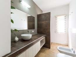 CASA B532: Baños de estilo moderno por KARLEN + CLEMENTE ARQUITECTOS